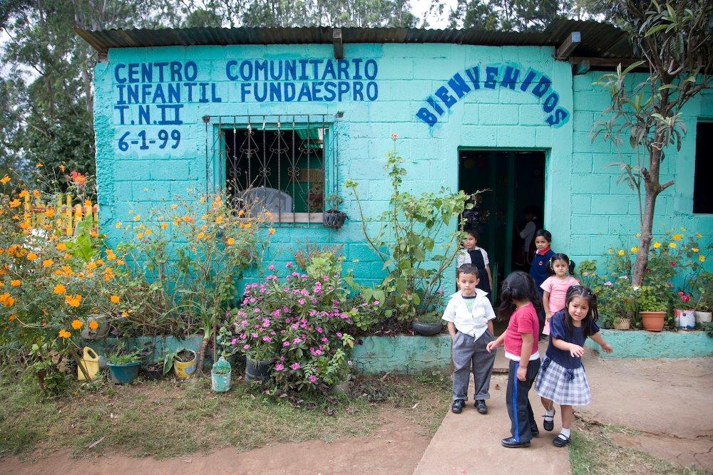Centro Comunitario Children out front